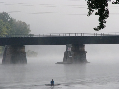 morning rower heading toward CSX rail bridge and more fog - 21Sep09