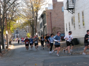 runners turning onto Washington Ave. from Front St - Stockade-athon 2009