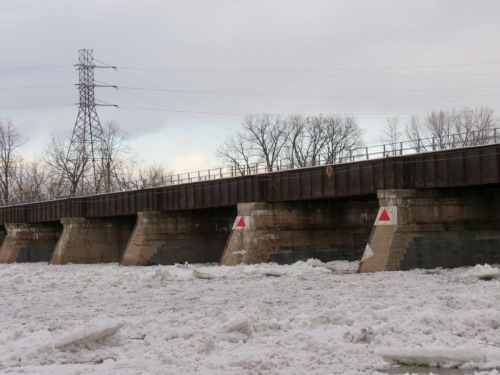 minor ice jamming at the CSX trestle - at Schenectady NYalong the Mohawk River - 4 PM 31 Jan2013