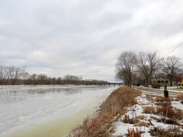 scene from the west end of Riverside Park lpking east along the Mohawk River at Schenectady NY about 9 am on 12Jan2014